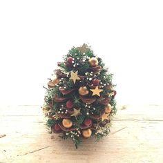 Christmas Pine Cones, Christmas Mood, Gold Christmas, Simple Christmas, Christmas Bulbs, Christmas Crafts, Xmas, Acorn Crafts, Pine Cone Crafts