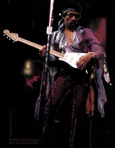 Uplifting images for difficult times *Magnificent guitar sounds of Jimi Hendrix will stay with us forever* Fender American Deluxe, American Standard Stratocaster, Fender American Standard, Fender Stratocaster Sunburst, Stratocaster Guitar, Free Online Guitar Lessons, Jimi Hendrix Woodstock, Leo Fender, Musik