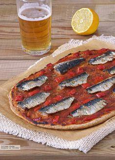 Coca fina integral de sardinas y pimiento: receta para el buen tiempo #recetas Cook Pad, Fried Chicken Sandwich, Cold Dishes, Flatbread Recipes, Empanadas, Recipe Collection, Bon Appetit, Tapas, Food Porn