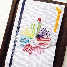 長い歴史のある水引には、見た目だけでなく送る相手を思いやる気持ちがあらわれています。 色や本数、結び方の意味などで時と場合によって使い分けます。そんな伝統を守りながらも現代風にアレンジされた水引が増えてきました。 こちらは、7つの色をまとった鶴がとっても華やかで可愛らしい「mizuhikimie(みずひきみー)」のご祝儀袋。 大切な人を思ってこんな素敵で特別な想いがこもったご祝儀袋を用意されたら、贈られる方も本当にうれしいですし幸せですよね♪  #水引 #お祝い #結婚 #mizuhikimie #ご祝儀袋 #鶴 #鳥 #結婚祝い #贈り物 #日々 #暮らし #キナリノ  https://kinarino.jp/cat2/19073