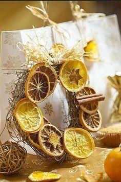 Красивый рождественский венок из сушеных апельсинов и лимонов
