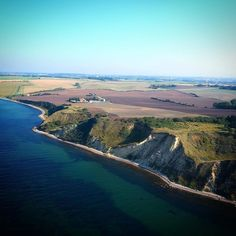 Sønderby Klint der ligger sydøst for Assens byder på sten strand vand kyst og interessante fossiler. Området er et geologisk interessant område hvor du kan se aflejringer fra tre gletsjere fra Weichsel-istiden. #visitfyn #fyn #visitdenmark #naturelovers #nofilter #natur #denmark #danmark #dänemark #landscape #nofilter #sky #assens #mitassens #vildmedfyn #fynerfin #vielskernaturen #sea #visitassens #instapic #picoftheday #sommer #september #beautifulfilter