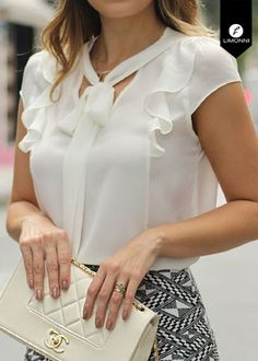 Share on WhatsApp Classy Work Outfits, Chic Outfits, Blouse Styles, Blouse Designs, Shorts E Blusas, Velvet Dress Designs, Blouse And Skirt, Beautiful Outfits, Fashion Dresses