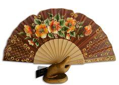 Abanico pericon de madera, pintado por la parte delantera con llamativo ramo de florecillas anaranjadas rodeadas de medallones en arabesco...