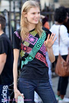 Le #mannequin #alexandraljadov de lagence Elite prends la pose pour les photographes à la sortie du défilé de mode Atelier Versace à la Bourse de Paris pendant la #Fashionweek Reportage photos par http://ift.tt/1Jf8Gu8#offduty #streetstyle #PFW#fashionweek