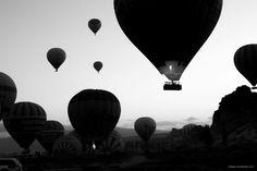 Aufbruch - die ersten Ballons steigen in den Himmel.