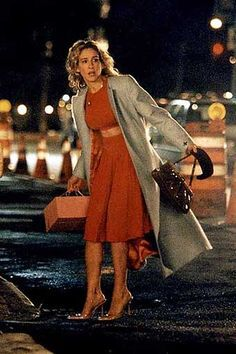 carrie carrying a cake Carrie Bradshaw Outfits, Carrie Bradshaw Style, Fashion Tv, Fashion Outfits, City Outfits, Sarah Jessica Parker, City Style, Parisian Style, Dress To Impress