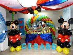 Arco de globos y caminantes de mickey y minnie mouse - Baby spa barcelona ...