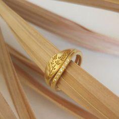 Lavender signet ring, Unique 18k Gold wedding ring set, flower wedding band