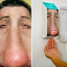 Um zu zeigen, dass Kleenex bei Nasenleiden wirklich hilft, wurden Seifenspender auf öffentlichen Toiletten wie folgt gebranded: Ambient Marketing Toilette