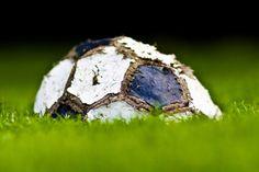 Il calcio, si sa, è lo sport nazionale di molti Stati. Esistono diversi modi di viverlo. In Italia, la partita non dura 90 minuti, ma dal fischio finale di