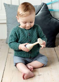 Babytrøje i strukturmønster - se opskriften her - ALT. Baby Knitting Patterns, Crochet Pattern, Free Pattern, Crochet Baby, Knit Crochet, Ravelry, Baby Barn, Textiles, Baby Cardigan