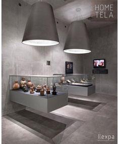 HOME TELA - Fabricada con todos los materiales de nuestro catálogo con una doble pantalla interior opaca para conseguir una iluminación focalizada además de intensa. Es un claro ejemplo de pantallas para proyectos contract, por sus grandes dimensiones y por la elegancia con la que viste los espacios. Es posible fabricar en otros tamaños, formas y colores además de aluminio.