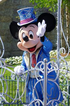Mickey waving to guests during the 25th Anniversary Celebration at Disneyland Paris