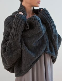 knitting poncho Love this! Perfect for being snuggled while reading by the fire or others, who would look seriously fabulous in skinny jeans amp; another to figure the schematics. Knit Fashion, Look Fashion, Fashion Fall, Fashion Shoes, Girl Fashion, Skinny Jeans With Boots, Knitted Poncho, Cozy Knit, Knit Shrug