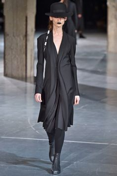 Coleção // YOHJI YAMAMOTO, Paris, Inverno 2018 RTW // Foto 38 // Desfiles // FFW Love the funky layered fall of the fabric of this ulta-modern jacket-styled dress. Fashion In, Dark Fashion, Fashion 2018, Fashion Details, Fashion Brands, Runway Fashion, Fashion Outfits, Fashion Design, Yohji Yamamoto