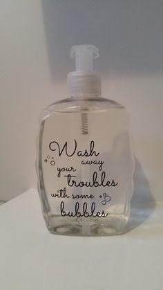 Deze simpele zeeppomp opgeleukt door er een leuke sticker op te plakken. Zo wordt de badkamer nog mooier!