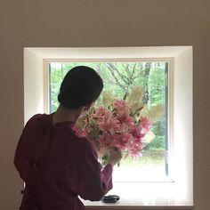 桐島かれんさんはInstagramを利用しています:「八重の百合にスモークツリーを足すかどうか悩んでいるところ。 #お花大好き #ハウスオブロータス」