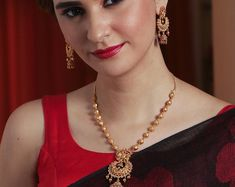 Buy the best Indian style Necklace Sets from the top Indian jewelry shopping brand. Shop the best Indian jewelry designs for Necklace Sets online for various occasions and events. Gold Necklace Simple, Gold Jewelry Simple, Necklace Set, Silver Jewelry, Silver Ring, Wedding Jewelry, Punk Jewelry, Bohemian Jewelry, Indian Gold Necklace