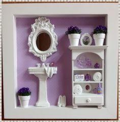 Charmoso quadro cenario de banheiro/lavabo, confeccionado <br>em mdf, pintura branca, fundo em decoupage com papel de <br>scrapp, na cor lilás, miniaturas, de resina, espelho provençal, <br>armário mdf, mini vasinhos com florzinhas secas na cor roxa, bolsinha de acrilico e mini quadrinhos! <br>mini perfumes, toalhinhas, e objetos decorativos. Rico em detalhes! <br>* PEÇA A PRONTA ENTREGA!!! <br>* EXCLUSIVIDADE ATELIER BY DREAMS*