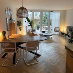 Heerlijk relaxen na een drukke dag of juist gezellig met vrienden kletsen: de woonkamer is dé plek waar het gebeurt. Maar hoe zorg je voor een woonkamer in jouw woonstijl? Bekijk allerlei soorten woonkamer ideeën, kies de stijl die bij je past en laat je inspireren door diverse artikelen. #wooninspiratie #woonkamer #woonkamerideeën #interieur   Bron: @__styledby_michelle Decor, Furniture, Dining, Dining Table, Table, Home Decor