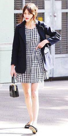 ブラックジャケットなら、落ち着いた女性の雰囲気に。あなた好みのアウターをチョイスしてみて。