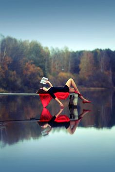 湖畔で読書する美女