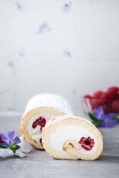 Rezept fuer einfache Biskuitrolle mit Himbeeren und Quarkfuellung zuckerzimtundliebe kuchenrezept sonntagssuess himbeerrolle biskuitteig swiss roll recipe