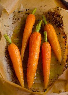 Marchewki pieczone z miodem i sokiem z pomarańczy Toothpick Appetizers, Mini Burgers, Gluten, Food Presentation, Vegetable Recipes, Orange, Italian Recipes, Feta, Carrots