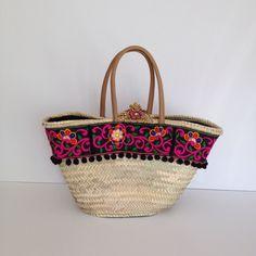 Capazo KALA Diseño de Cuqui Miluki Colección JAIPUR 2016 Beach Basket, Diy Tote Bag, Decorated Shoes, Embroidered Bag, Handmade Handbags, Boho Chic, Basket Bag, New Bag, Straw Bag