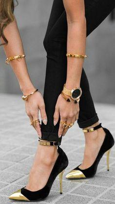 www.ScarlettAvery.com Golds toe cap black pumps. Tacchi Close-Up #Shoes #Tacones #Heels