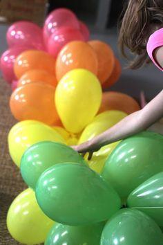 Luftballons girlanden regenbogen farben gartenparty for Regenbogen dekoration