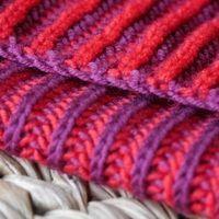 Amoureux du tricot, bonsoir! Et voici le tuto du point brioche bicolore! Imaginez que vous tricotez une écharpe claire et une écharpe foncée, puis que vous les assemblez. Eh bien ce point fait...
