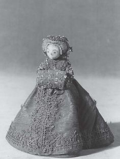 Stockholm's Royal Armory c. 1585–90 (fig. 6).Her head is composed of embroidered fabric and human hair, while her body consists of a wire armature designed to support her outfit.32 She is dressed in the height of late sixteenth-century fashion in a velvet and silk gown trimmed with lace and seed pearls, with matching muff and hair ornaments. (fifteen centimeters in height) Muotinuket, Kauhu, Hiuskoristeet, Feltro, Museot, Lelut, Pelaaminen, Tekstiilit