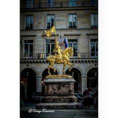 This statue can be seen for a good mile it just pops.      #icp_street #traversefrance  #PentaxK3  #Sigma1020 #teampentax #paris_pulse #ig_blacknwhite#blackandwhitecat #pariscartespostales#IgersParis#ParisJeTaime #Parigi #WorldPlaces #TopParisPhoto #ParisMaVille #ParisCartePostale #Loves_Paris #VisitParis #ParisCityVision #ParisWeLoveYou#WeLoveYouParis#Loves_France #TopFrancePhoto #VisitLaFrance #Exclusive_France #MeetTheWorld #TopEuropePhoto  #twelveskip #viewbugfeature#GuardianTravelSnaps