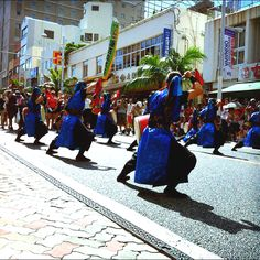 1.6キロある国際通りがエイサーを踊る人で埋まる。
