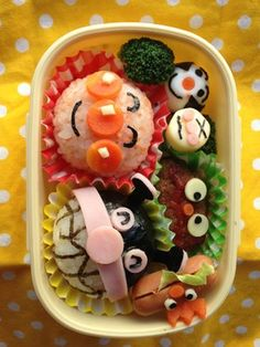 Clock bento-- nice use of space! Don't forget to work with your bento box, especially if it has a unique shape that ignites your creativity. Bento Kawaii, Japanese Bento Box, Japanese Food Art, Cute Bento Boxes, Bento Box Lunch, Bento Food, Temari Sushi, Anniversaire Hello Kitty, Art Kawaii