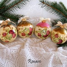 Renaro Decoupage Christmas Ornament Wreath, Vintage Christmas Ornaments, Christmas Balls, Christmas Art, Christmas Napkin Folding, Christmas Napkins, Holiday Crafts, Holiday Decor, Christmas Tree Decorations