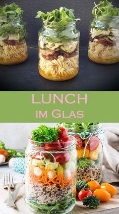 Lunch im Glas sieht so gut aus, wie er schmeckt. Und gesund sind die Rezepte zum… Lunch in a glass looks as good as it tastes. And the takeaway recipes are also healthy. The best glass dishes. Salad Recipes Healthy Lunch, Salad Recipes For Dinner, Chicken Salad Recipes, Lunch Snacks, Easy Salads, Lunches, Healthy Snacks, Lunch Recipes, Mason Jar Meals