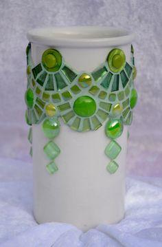 Wit vaasje met groen glasmozaiek van mimosaico op Etsy