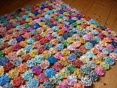 WIP- Yoyo quilt progress por oh-cherry-sew Hand Sewn Crafts, Fabric Crafts, Sewing Crafts, Sewing Projects, Sewing Ideas, Sewing Kits, Diy Projects To Try, Crafts To Make, Craft Projects
