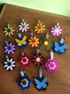 Porta chiavi + mollette legno rivestite Kids Crafts, Foam Crafts, Crafts To Make And Sell, Diy And Crafts, Arts And Crafts, Felt Flowers, Fabric Flowers, Felt Keychain, Keychains