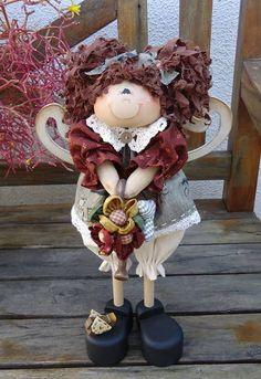Boneca em madeira, pintada à mão. Regador em madeira. Roupa e cabelo em tecido 100% algodão, nacional e/ou importado. Frete por conta do cliente. R$ 159,00