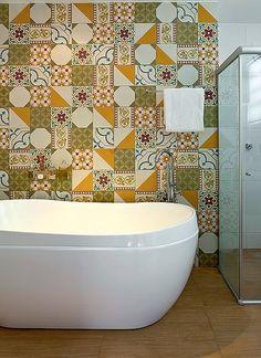 Cobrir uma parede com ladrilho hidráulico, da Ladrilart, foi a solução do físico Fernando Brandão para tirar o branco do banheiro