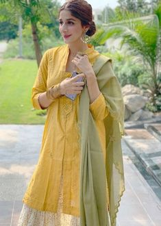 Not a fan of Mawra Hocane at all but her current ethnic choice I like . Eid Outfits, Dress Outfits, Casual Dresses, Fashion Outfits, Casual Wear, Dress Shoes, Shoes Heels, Women's Fashion, Fashion Trends