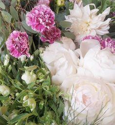 Verte rodeada de flores y vibrar de alegría de nervios de emoción. . . . . . . . #enelbosque #enelbosqueflorece #flowers #flores #flower #flor #naturaleza #nature #naturelovers #granada #peonias #peonie #peonia #artefloral #floraldesign #floralart #arreglofloral #floristeria #farmerflorist #florist #bouquet #novias