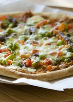 Pizza de atum com anchovas e alcaparras
