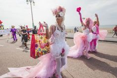 La ciudad más 'gay friendly' de Inglaterra Brighton celebra el primer fin de semana de agosto su tradicional Festival del Orgullo Gay, que cumple este año su 25 aniversario Lorena Martínez Jiménez | El Viajero, El País, 2015-07-27 http://elviajero.elpais.com/elviajero/2015/07/21/actualidad/1437493890_211809.html