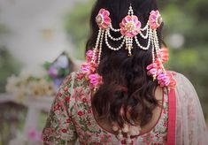 Flower Jewellery For Mehndi, Lehenga Jewellery, Flower Jewelry, Flower Costume, Floral Hair, Bridal Makeup, Bridal Hair, Bridal Style, Bridal Jewelry