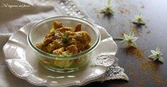 Ecco, cari lettori, un'altra ricetta cotta con la tecnica al microonde. Il pollo al curry in vasocottura, arricchito con yogurt greco e pronto in sei minuti